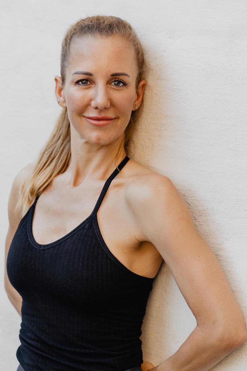 Yogalehrerin Heike Schwarzfischer von I AM ENOUGH YOGA hat ihre 200 Stunden Ausbildung bei der Patrick Broome Akademie absolviert
